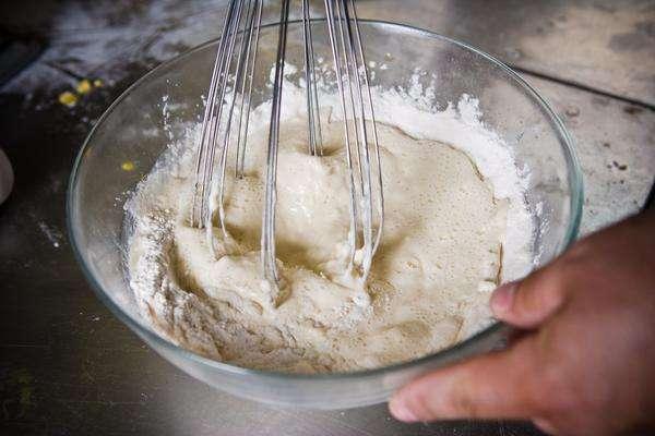 Bate la clara de huevo con un batidor de huevos.